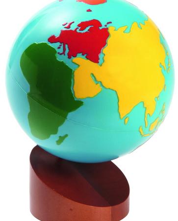 Globe met gekleurde werelddelen en losse bol